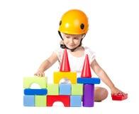 Liten flicka som bygger ett hus Royaltyfri Foto