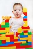 Liten flicka som bygger ett hus Royaltyfri Fotografi