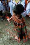 Liten flicka som dansar traditionell dans Arkivbild