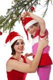 Liten flicka som dekorerar en jultree Arkivfoto