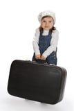 Liten flicka som drar en tung resväska royaltyfri fotografi