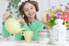 Liten flicka som dricker te Fotografering för Bildbyråer