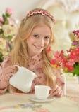 Liten flicka som dricker te Arkivfoton