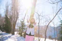 Liten flicka som fångar snöflingor Royaltyfria Bilder