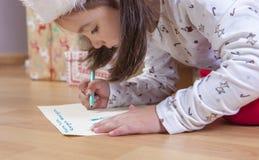 Liten flicka som förbereder bokstaven för tre kloka män Arkivfoton