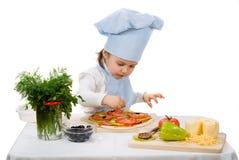 Liten flicka som förbereder en pizza Arkivbilder