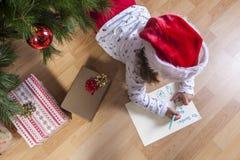Liten flicka som förbereder Santa Letter Royaltyfri Foto