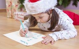 Liten flicka som förbereder Santa Letter Arkivbild