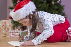 Liten flicka som förbereder Santa Letter Henne som målar gåvorna s Royaltyfri Fotografi