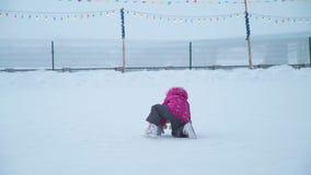 Liten flicka som faller på isisbanan lager videofilmer