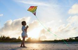 Liten flicka som flyger en drake Arkivbild