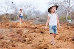 Liten flicka som fotvandrar på scenisk terrain arkivfoton