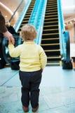 Liten flicka som framme står av rulltrappan Royaltyfria Bilder