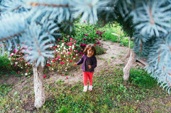 Liten flicka som går i en hotellträdgård Royaltyfria Bilder