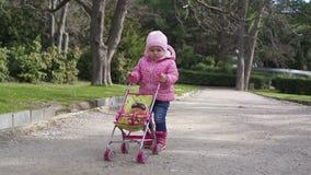 Liten flicka som går i parken lager videofilmer
