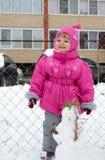 Liten flicka som går i vinter Royaltyfri Bild