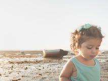 Liten flicka som går på solnedgången på stranden Royaltyfri Foto