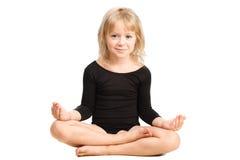 Liten flicka som gör att koppla av för yoga, poserar Royaltyfria Foton
