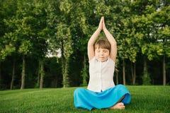 Liten flicka som gör yogaövning Fotografering för Bildbyråer