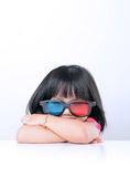 Liten flicka som håller ögonen på filmer 3D Royaltyfri Bild