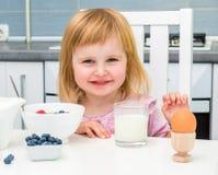 Liten flicka som har den sunda frukosten Arkivfoto