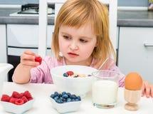 Liten flicka som har den sunda frukosten Arkivbild