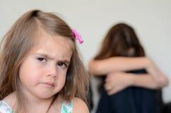 Liten flicka som har en humörraserianfall Royaltyfria Bilder