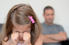 Liten flicka som har en humörraserianfall Royaltyfri Foto