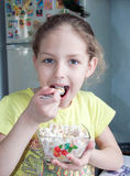Liten flicka som har frukosten Arkivbild