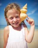 Liten flicka som har gyckel på en strand Royaltyfri Bild