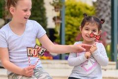 Liten flicka som har utomhus- gyckel lycklig sommarsemester arkivbilder