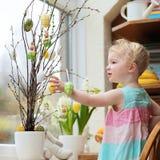 Liten flicka som hem dekorerar för påsk Royaltyfri Fotografi