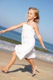 Liten flicka som kör längs strand Royaltyfri Fotografi