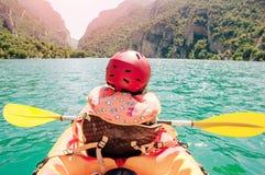 Liten flicka som kayaking på den härliga floden, har gyckel och utomhus tycker om sportar Vattensport och campa gyckel Mont-Rebei royaltyfria bilder