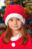 Liten flicka som kläs som Jultomte arkivfoton