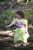 Liten flicka som kläs som en fe med såpbubblor Arkivbilder