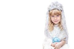Liten flicka som kläs som snöflingor Arkivbild