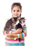 Liten flicka som kramar förtjusande kattunge två Fotografering för Bildbyråer