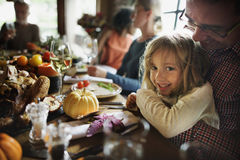 Liten flicka som kramar fadern Thanksgiving Celebration Concept royaltyfri fotografi