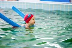 Liten flicka som lär att simma i en pöl Royaltyfri Fotografi