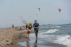 Liten flicka som lär till kitesurf Arkivfoto