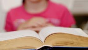 Liten flicka som läser en bok-timelapse stock video