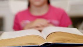 Liten flicka som läser en bok-timelapse arkivfilmer