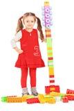 Liten flicka som leker med färgrika tegelstenar Royaltyfria Foton