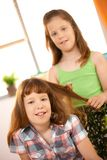 Liten flicka som leker med hår, utformar Royaltyfri Foto