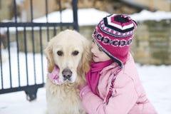 Liten flicka som leker med henne hunden Fotografering för Bildbyråer