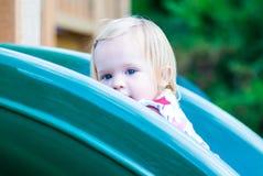 Liten flicka som leker på parkera Royaltyfria Bilder