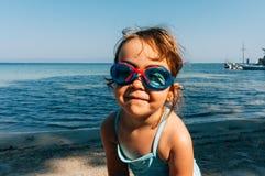 Liten flicka som ler på en strand Royaltyfri Fotografi