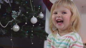 Liten flicka som ler på julmorgon stock video