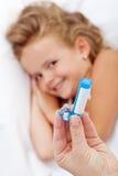 Liten flicka som mottar den homeopathic läkarbehandlingen arkivbild
